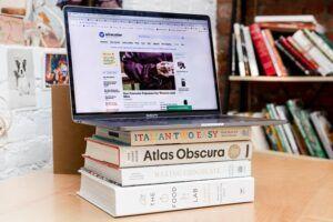 laptop bovenop stapel boeken
